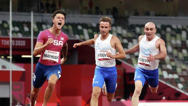 Российский легкоатлет Андрей Вдовин (в центре) на Паралимпиаде в Токио