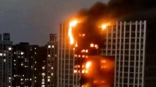 Сильный пожар в китайской высотке. Видео очевидцев