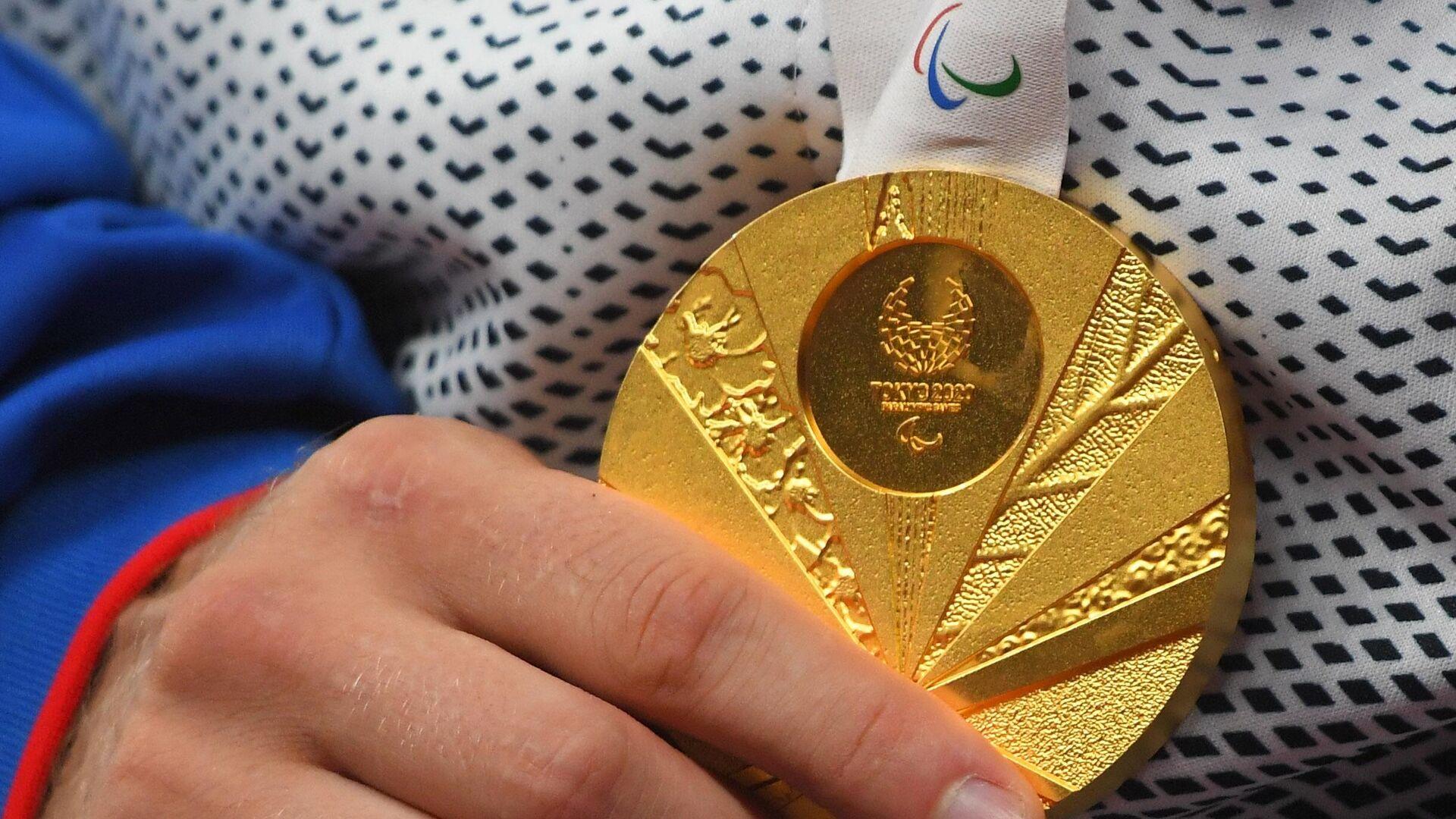 Золотая медаль российского спортсмена, члена сборной России (команда ПКР) Альберта Хинчагова, занявшего 1-е место в соревнованиях по толканию ядра среди мужчин в классе F37 на соревнованиях по легкой атлетике XVI летних Паралимпийских игр. - РИА Новости, 1920, 30.08.2021