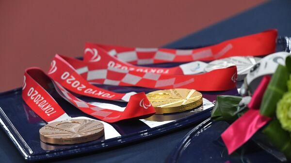 Комплект медалей для награждения призеров соревнований по легкой атлетике XVI летних Паралимпийских игр.