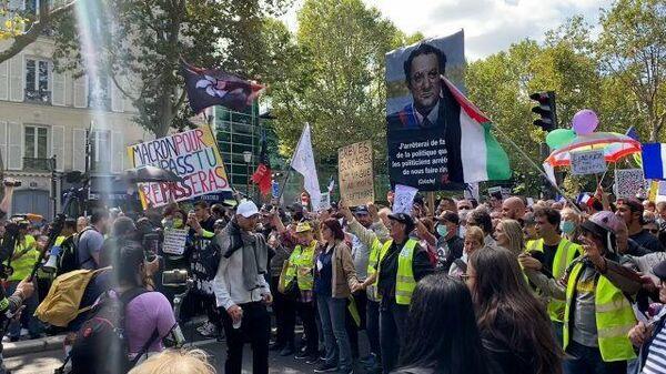 Акция противников санитарных пропусков в Париже