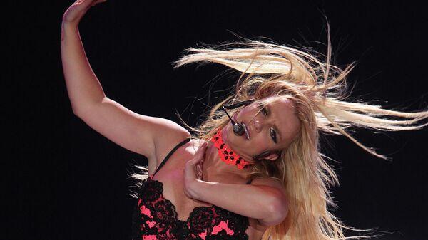 Бритни Спирс выступает на сцене спорткомплекса Олимпийский