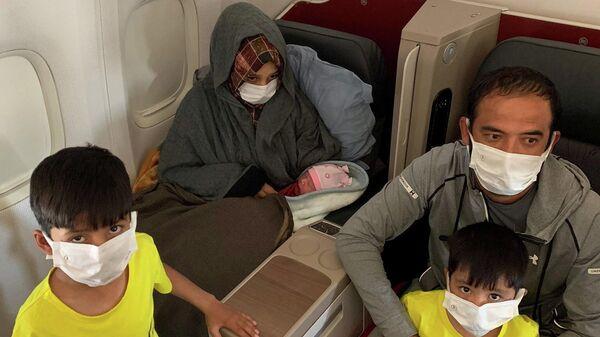 Афганская скемья со своей новорожденной дочерью на борту эвакуационного рейса, выполняемого Turkish Airlines из Дубая в Бирмингем