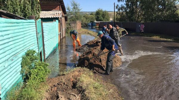 Сотрудники МЧС во время ликвидации последствий паводка на территории Кяхтинского района Бурятии