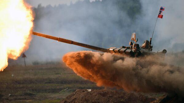Танк Т-72В3 во время динамического показа на военном полигоне Свердловский Центрального военного округа под Екатеринбургом
