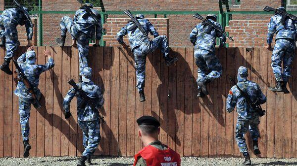 Военнослужащие армии Китая на полосе препятствий конкурса Морской десант в рамках Армейских международных игр АрМИ-2021 во Владивостоке