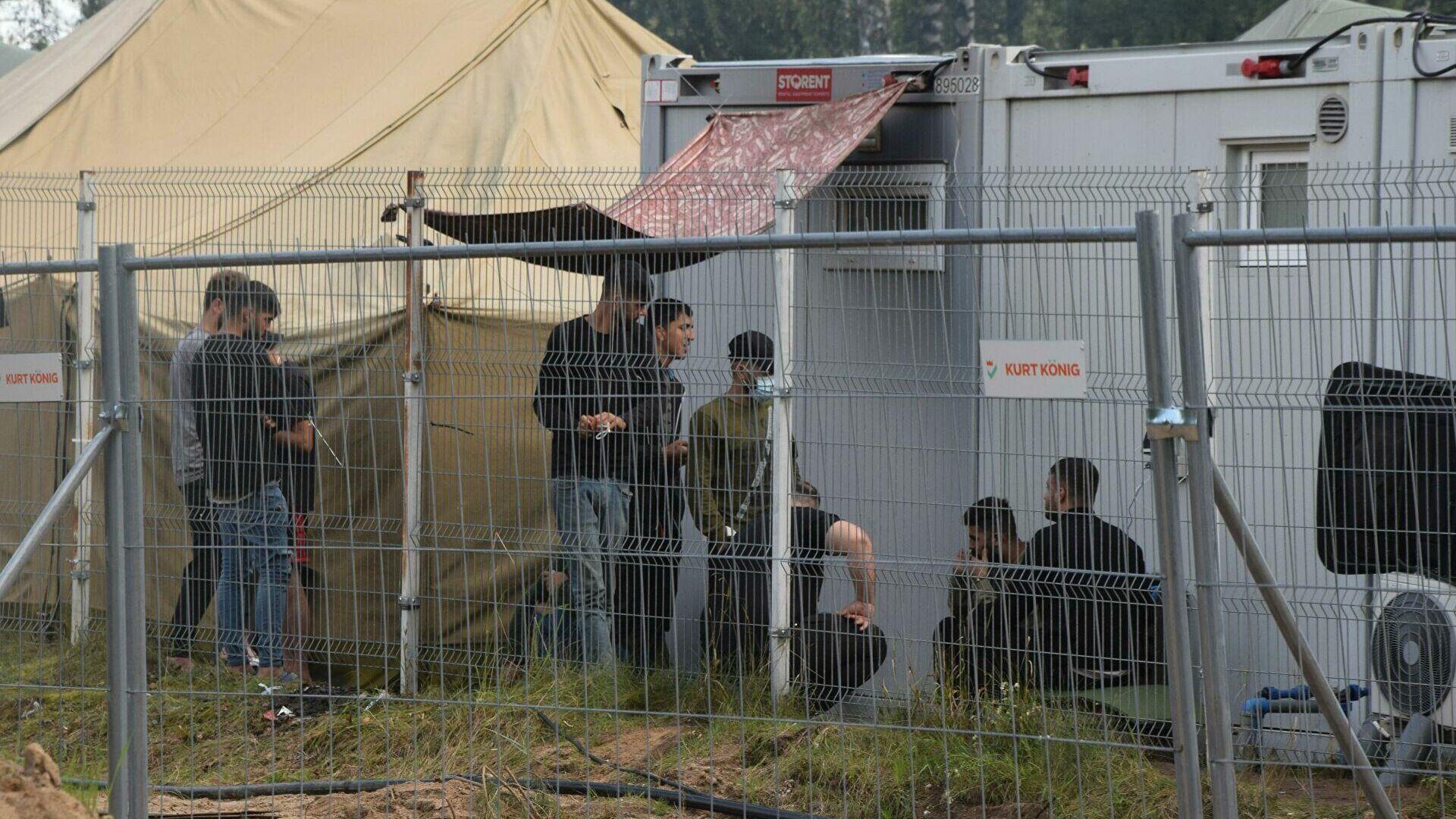 Нелегальные мигранты в лагере на границе Литвы и Белоруссии - РИА Новости, 1920, 06.09.2021