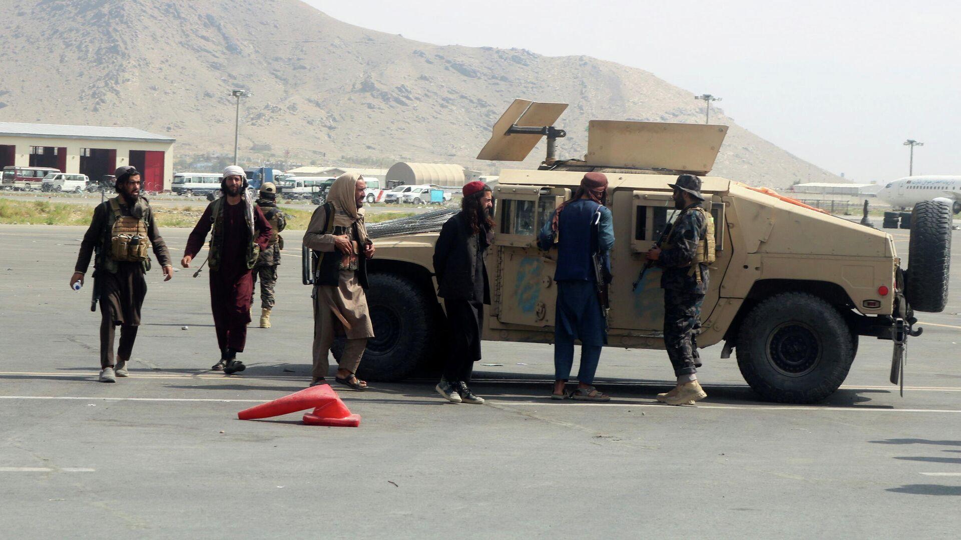 Члены Талибана* в международном аэропорту Хамида Карзая в Кабуле после вывода американских войск - РИА Новости, 1920, 31.08.2021
