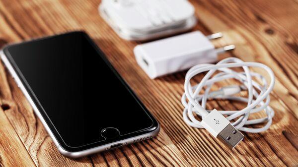 Смартфон с зарядным устройством