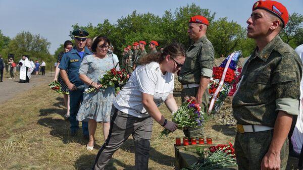 Церемония перезахоронения останков 30 жертв конфликта в Донбассе, ранее извлеченных из массового захоронения