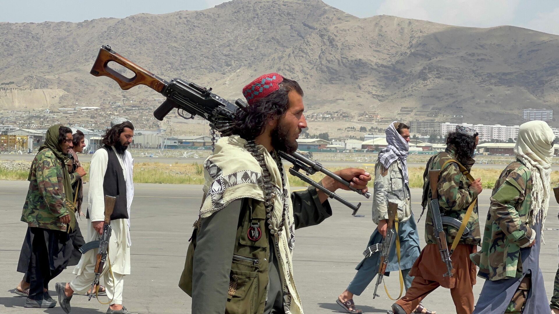 Члены Талибана* в международном аэропорту Хамида Карзая в Кабуле после вывода американских войск - РИА Новости, 1920, 02.09.2021