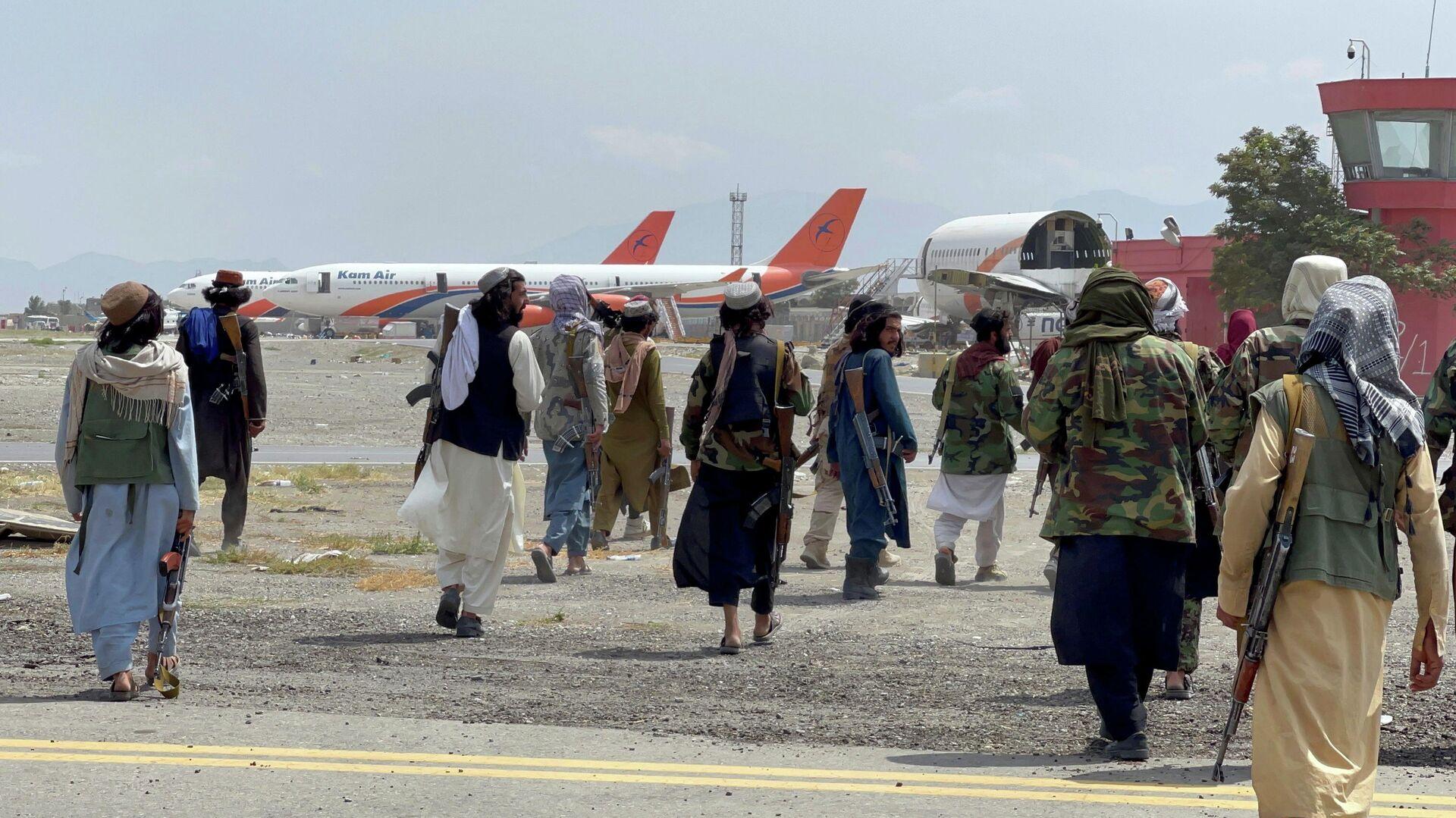 Члены Талибана* в международном аэропорту Хамида Карзая в Кабуле после вывода американских войск - РИА Новости, 1920, 13.09.2021