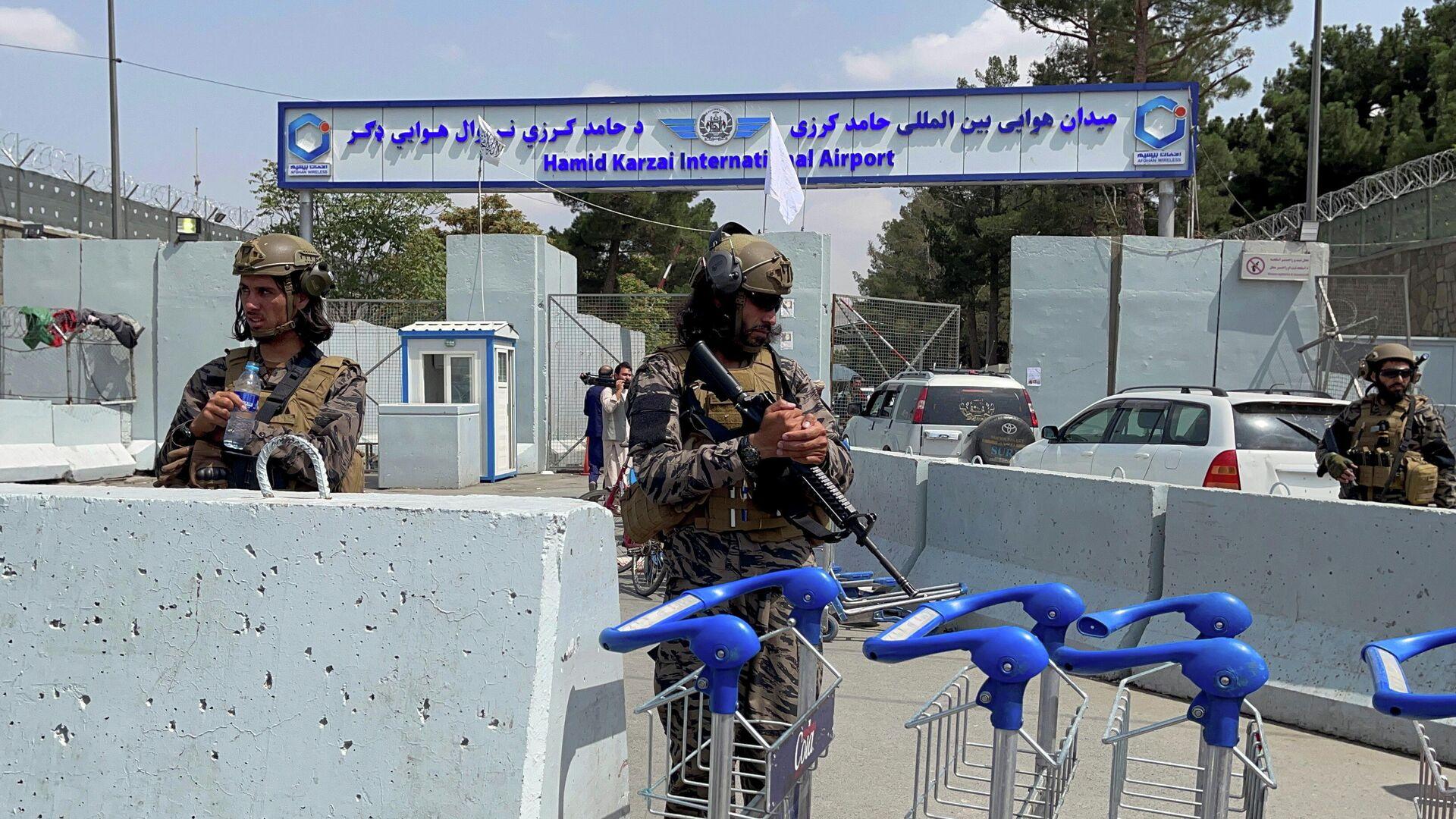 Члены Талибана* у въезда в аэропорт Хамида Карзая в Кабуле после вывода американских войск - РИА Новости, 1920, 09.09.2021