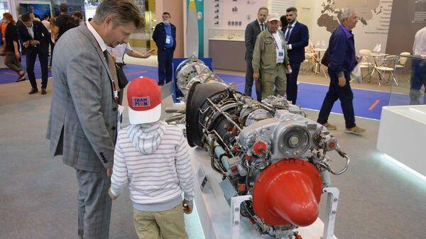 Двигатель, разработанный Центральным институтом авиационного моторостроения имени П. И. Баранова на выставочном стенде