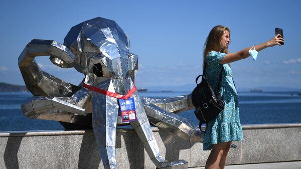Девушка фотографируется на набережной бухты Аякс в кампусе Дальневосточного федерального университета (ДВФУ) на острове Русский накануне открытия Восточного экономического форума
