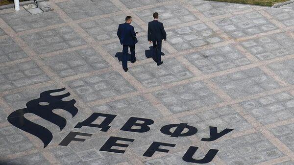 Мужчины на территория кампуса Дальневосточного федерального университета на острове Русский в преддверии Восточного экономического форума