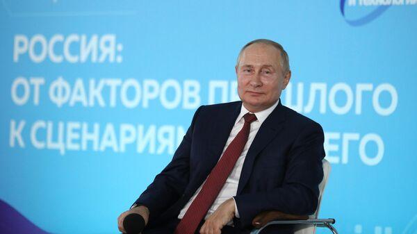 Президент РФ Владимир Путин во время приуроченной к Дню знаний встречи с учащимися школ во Владивостоке