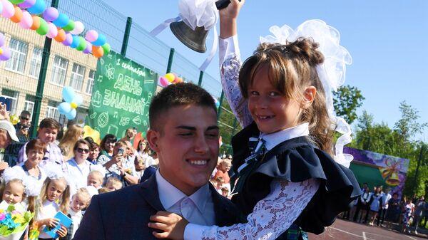 Первоклассница во время торжественной линейки, посвященной Дню знаний в школе №7 в селе Прохладное Приморского края