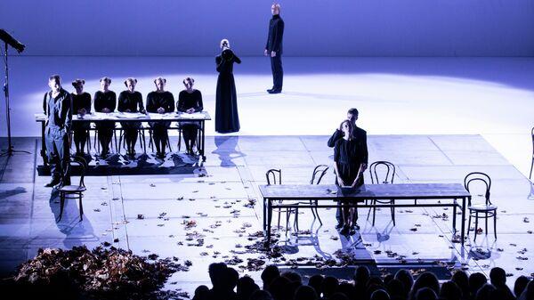 Гастроли театра БДТ имени Товстоногова. Сцена из спектакля Что делать?