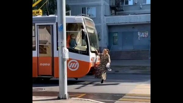 Пенсионерка села на прицепное устройство трамвая и остановила движение в Ульяновске
