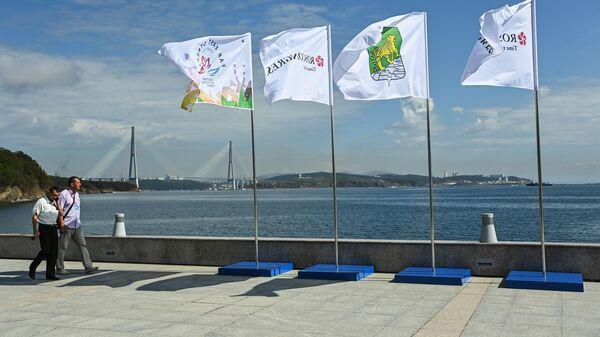 Флаги на набережной бухты Аякс в кампусе Дальневосточного федерального университета во время проведения Восточного экономического форума 2021