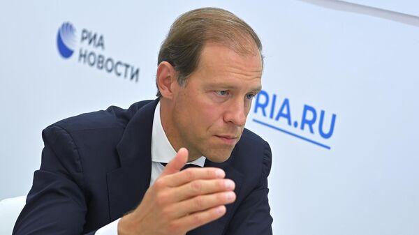 Министр промышленности и торговли РФ Денис Мантуров во время интервью на стенде МИА Россия сегодня на VI Восточном экономическом форуме