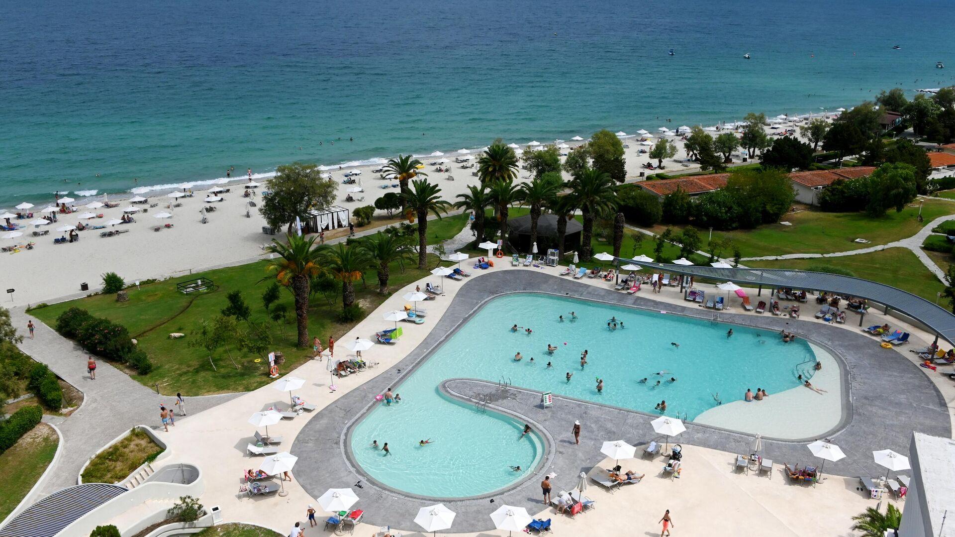 Вид бассейн и пляж отеля GHotels Pallini Beach на полуострове Кассандра в Греции - РИА Новости, 1920, 20.09.2021