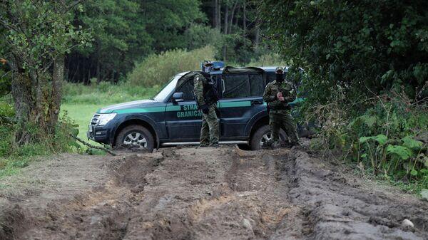 Польские пограничники на границе Белоруссии и Польши в районе села Уснарз Горный, Польша
