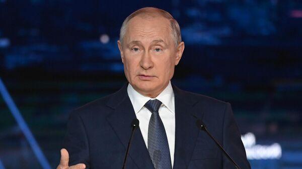 Президент РФ Владимир Путин выступает на пленарном заседании в рамках Восточного экономического форума во Владивостоке
