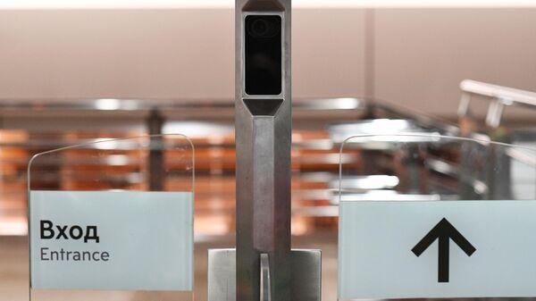 Турникет с новой системой Face Pay для оплаты проезда по лицу, которую тестируют на Филевской линии Московского метрополитена