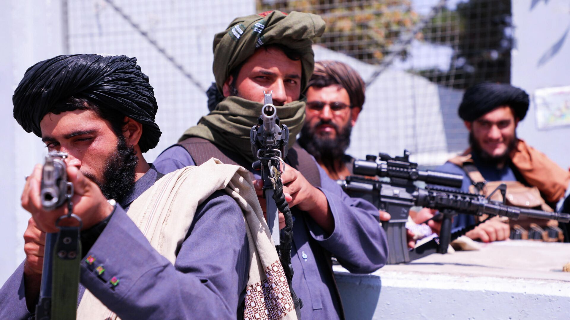 Боевики Талибана* возле аэропорта Кабула - РИА Новости, 1920, 15.09.2021