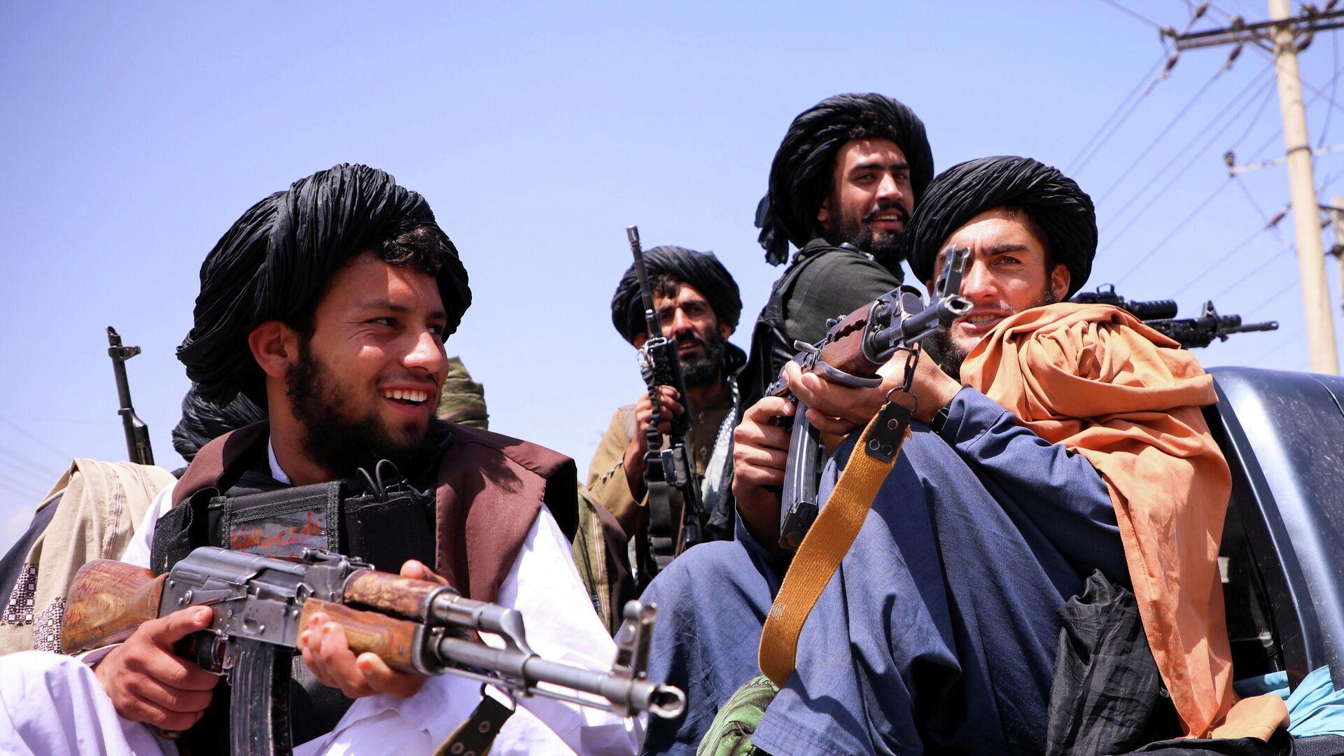 Боевики Талибана* возле аэропорта Кабула - РИА Новости, 1920, 09.09.2021
