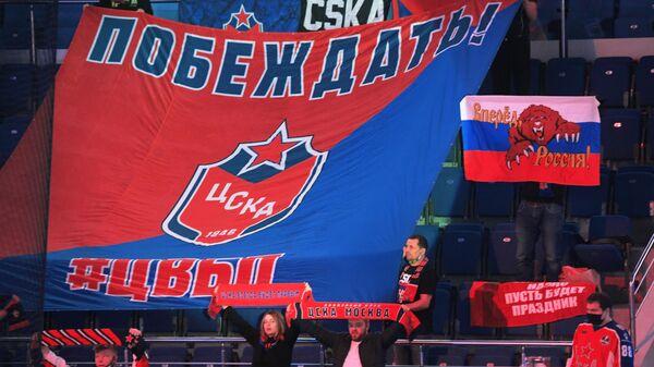 Болельщики ЦСКА во время матча регулярного чемпионата Континентальной хоккейной лиги между командами ЦСКА (Москва) и ХК Динамо (Рига).