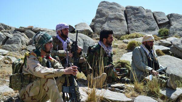 Бойцы Афганских сил сопротивления во время патрулирования на вершине холма провинции Панджшер