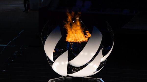 Паралимпийский огонь на Национальном олимпийском стадионе в Токио, где состоится торжественная церемония закрытия XVI летних Паралимпийских игр.