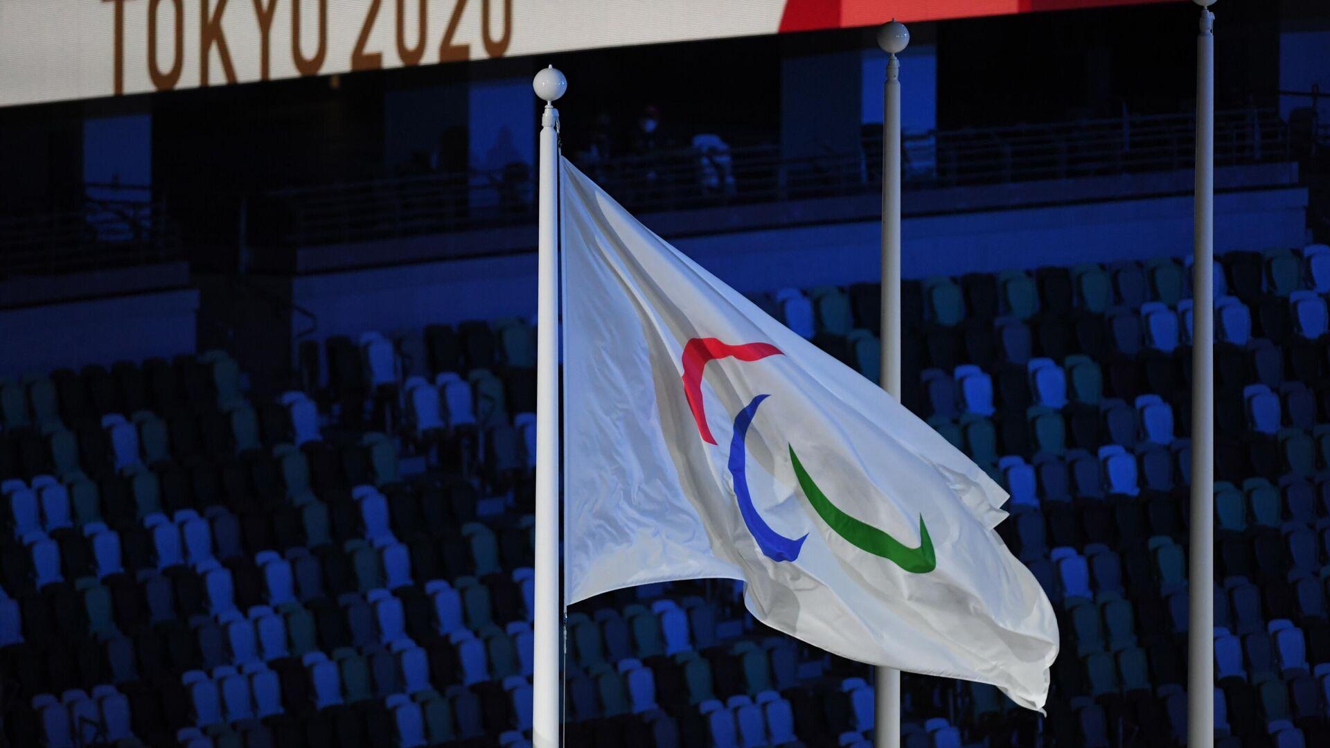 Поднятие флага Паралимпийского комитета России (ПКР) во время торжественной церемонии закрытия XVI летних Паралимпийских игр в Токио на Национальном олимпийском стадионе. - РИА Новости, 1920, 21.09.2021