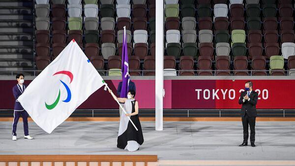 Губернатор Токио Юрико Коикэ, президент Международного и паралимпийского комитета Эндрю Парсонс во время передачи паралимпийского флага на торжественной церемонии закрытия XVI летних Паралимпийских игр в Токио.