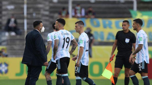 Аргентинские футболисты уходят с поля в матче с Бразилией