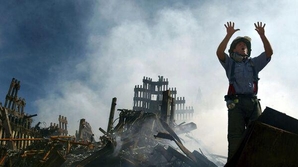 Пожарный на месте теракта 11 сентября 2001 года в Нью-Йорке