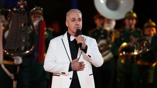 Участник группы Rammstein Тилль Линдеманн во время выступления на торжественной церемонии закрытия XIV Международного военно-музыкального фестиваля Спасская башня на Красной площади в Москве