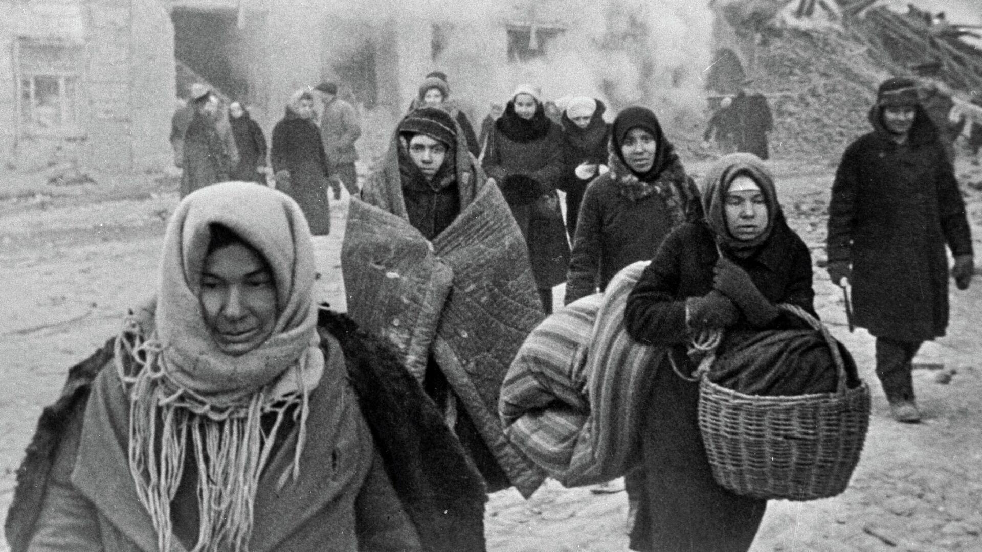 Жители блокадного Ленинграда выходят из бомбоубежища после отбоя тревоги - РИА Новости, 1920, 08.09.2021