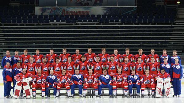 Члены хоккейного клуба Локомотив во время официальной предсезонной фотосессии 21 августа 2011 года. Самолет Як-42, на борту которого находился основной состав ХК Локомотив, разбился при взлете рядом с аэропортом Туношна 7 сентября 2011 года.