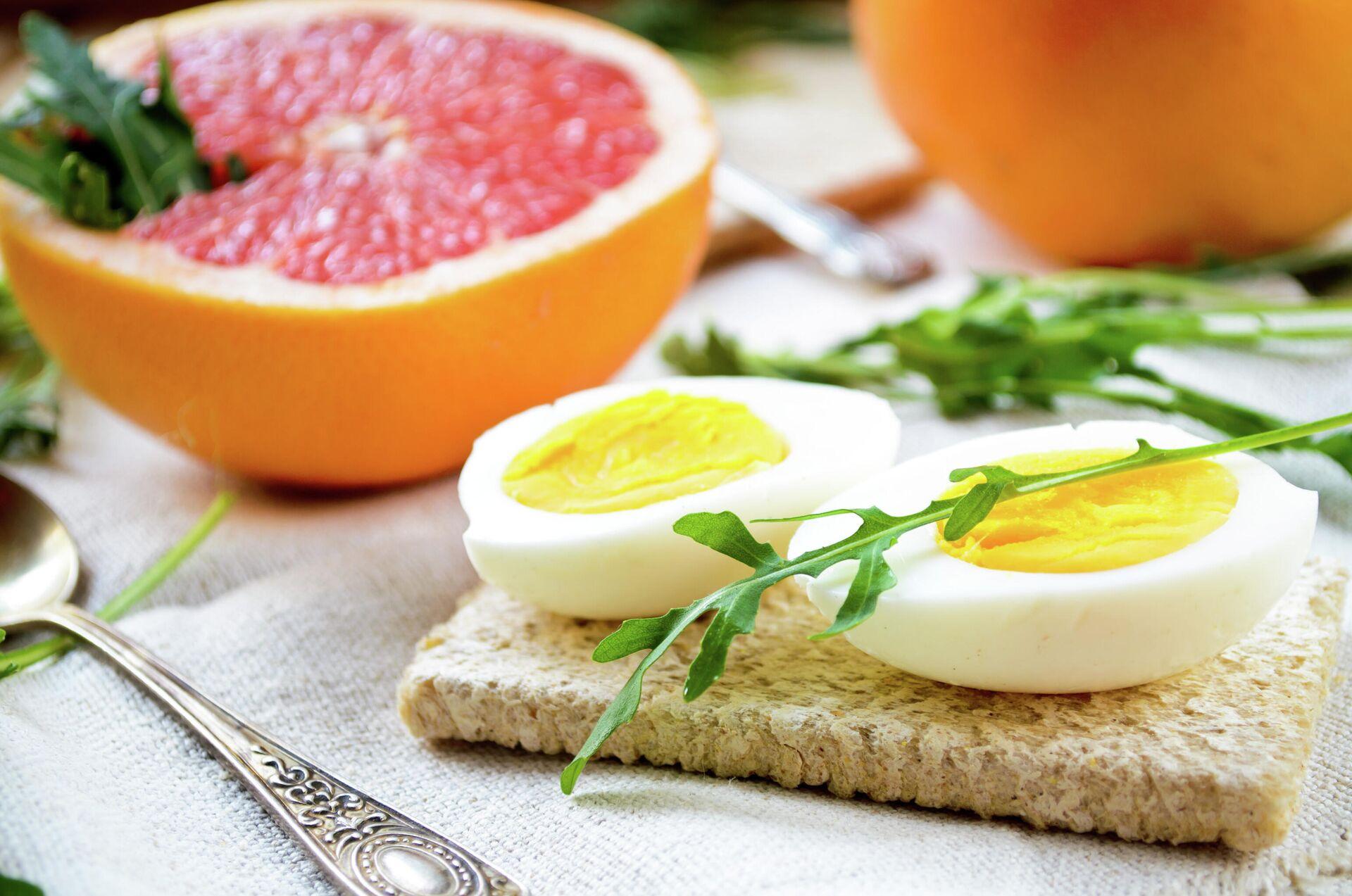 Завтрак с яйцами, грейпфрутом и листьями рукколы - РИА Новости, 1920, 16.09.2021