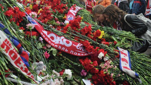 Болельщики ярославской хоккейной команды Локомотив, погибшей в катастрофе самолеты Як-42 рядом с аэропортом Туношна, возлагают цветы у стадиона Арена-2000.