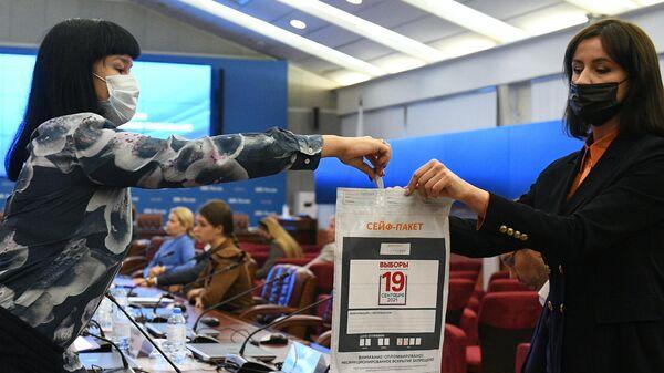 Во время демонстрации процедуры создания и разделения ключа для дистанционного электронного голосования (ДЭГ) в Центральной избирательной комиссии РФ в Москве