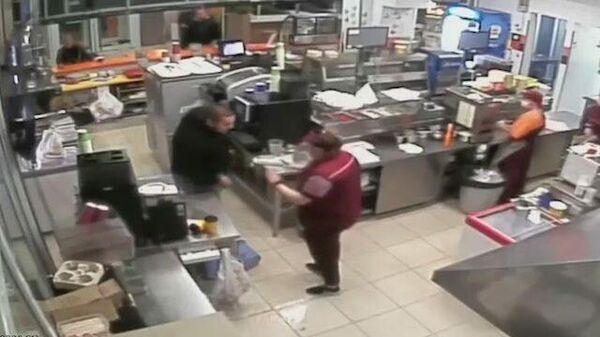 Мужчина напал на сотрудницу ресторана в Твери. Видео с камеры наблюдения
