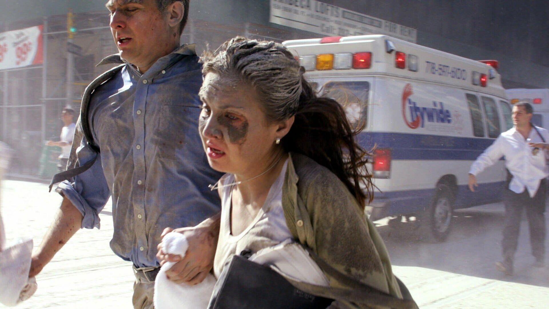 Люди бегут во время теракта 11 сентября 2001 в Нью-Йорке - РИА Новости, 1920, 14.09.2021