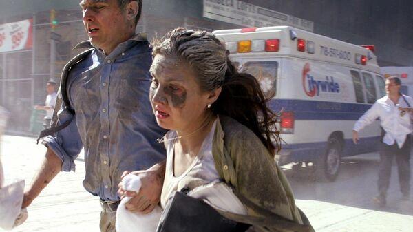 Люди бегут во время теракта 11 сентября 2001 в Нью-Йорке