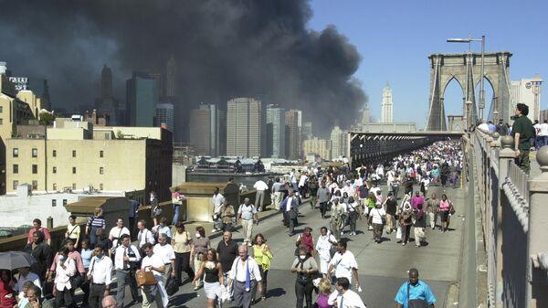 Люди бегут по Бруклинскому мосту во время теракта 11 сентября 2001 в Нью-Йорке
