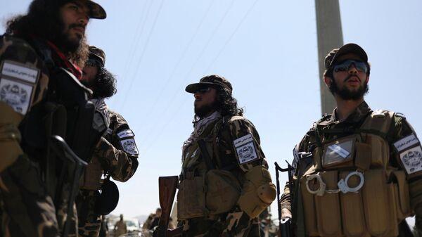 Члены спецназа разведки Талибана* охраняют военный аэродром в Кабуле